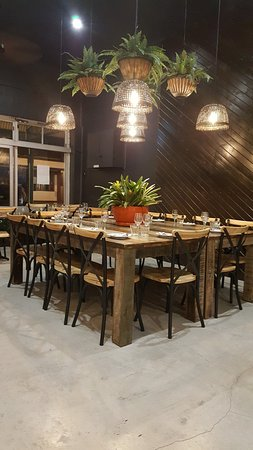 Murwillumbah, Australia: Big central table surrounded by many small tables for 2 that can be pushed together for larger g