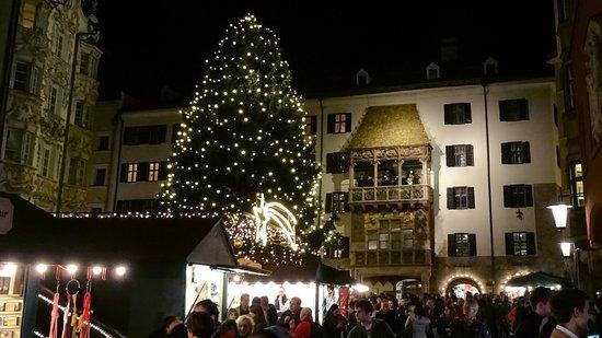 Goldenes Dachl Uberstrahlt Weihnachtsmarkt Picture Of The