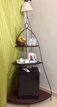 Joet's Guest House: mini bar and electric kettle in the room