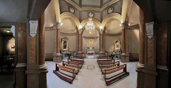 Pontedera, Italia: Sobria ed elegante l'architettura dell'interno, con un abbinamento sofisticato di materiali e co