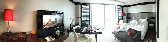 Four Seasons Hotel Shanghai at Pudong: The room is nice! I like the view!!