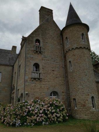 Trélévern, France : la chambre se situe au niveau de la tour et de la fenêtre ouverte