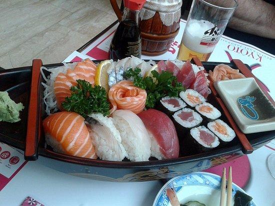 """Kyoto: spécial """"maison""""... très complet et copieux : entrée, plat, brochettes, riz"""