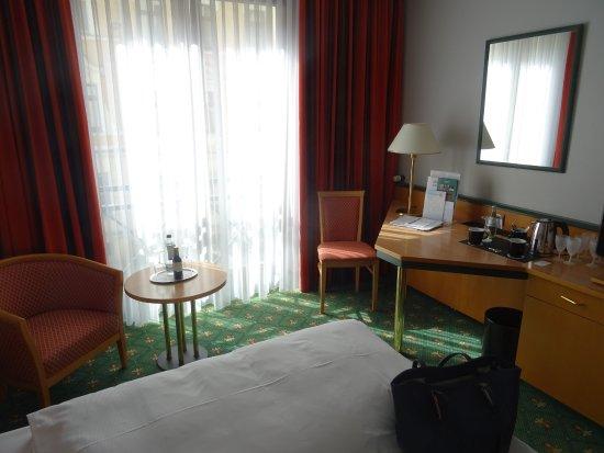 """Balance Hotel Leipzig-Alte Messe: Zimmer mit """"französischem Balkon"""" zur Straße"""