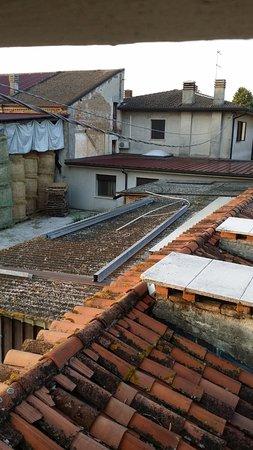 Villalta, Italy: Vista da janela do quarto - um armazém de feno sujo e casas