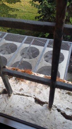 Villalta, Italy: Vista do banheiro - detalhe da sujeira da janela