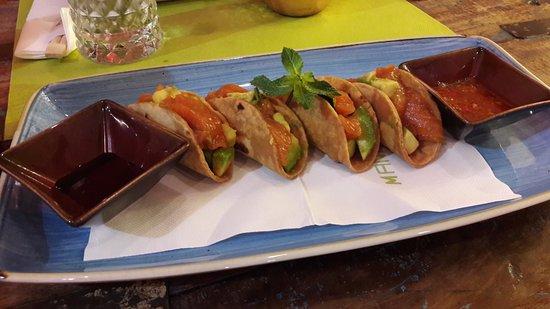 Tortillas di salmone e avocado