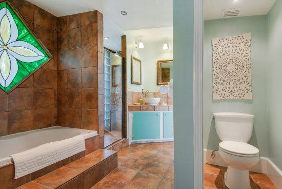 Auld Sweet Olive Bed and Breakfast: The Courtyard Suite - Spa bath and walk-in shower