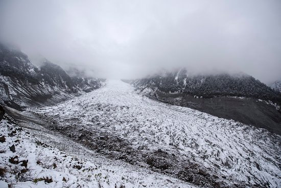 Gongga Mountain : The glacier seen from the observation desk