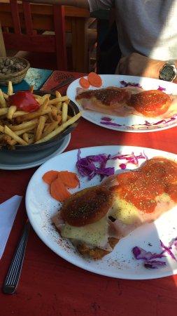 Lanus, Argentina: Milanesa de ternera a la napolitana con papas fritas! Mmmmm...