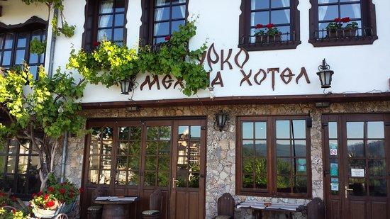 Hotel Gurko: Hotel entry and dining to the left.