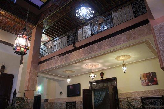 la sala comuna tiene diferentes techos decorados con material