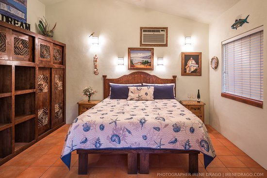 El Tiburon Casitas: Casita 3 king bed, large closet area, room safe, alarm clock, TV/VHS/DVD combo.