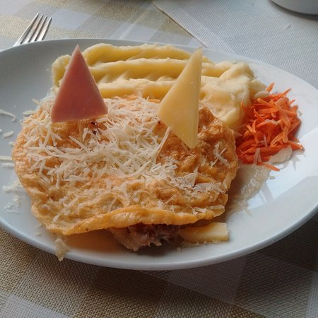Muschiulet de porc a la Sfantu Gheorghe, cu usturoi invelit in omleta cu cascaval ras
