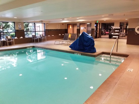Puyallup, WA: Pool and fitness areas