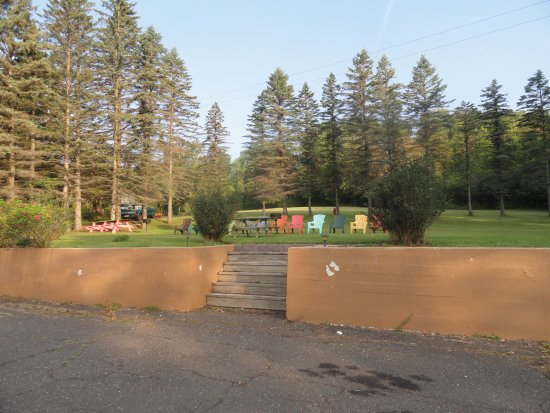 Allyndale Motel: Large sitting area with fire pit