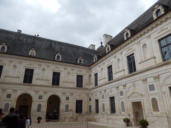 Ancy-le-Franc, França: cour intérieure