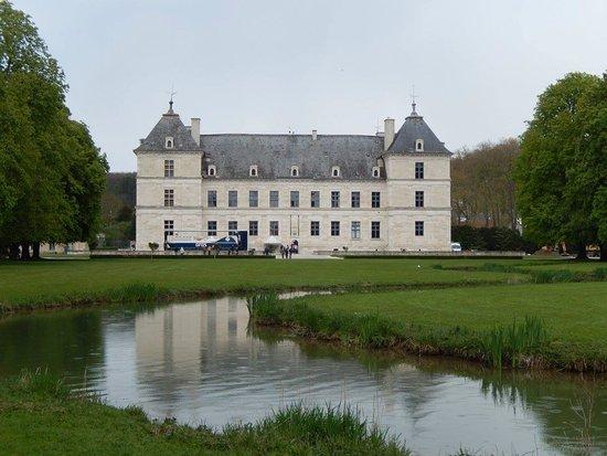 Ancy-le-Franc, França: château vue du parc