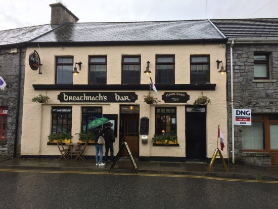 Oughterard, İrlanda: View of front of pub on rainy day