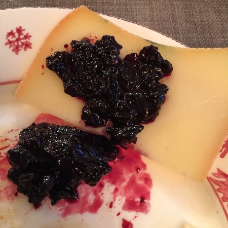 Les Contamines-Montjoie, France: Delicious cheese with blackberry jam