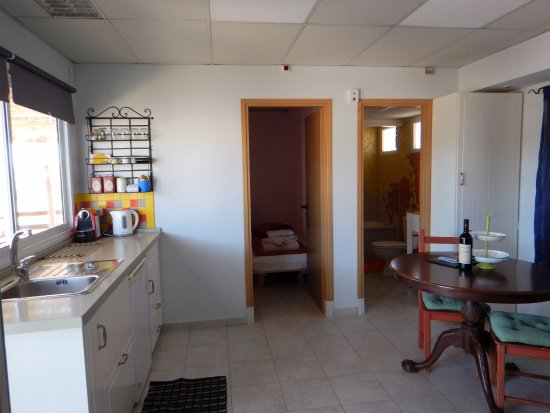 Sde Boker, إسرائيل: Family cabin kitchenette & lounge 