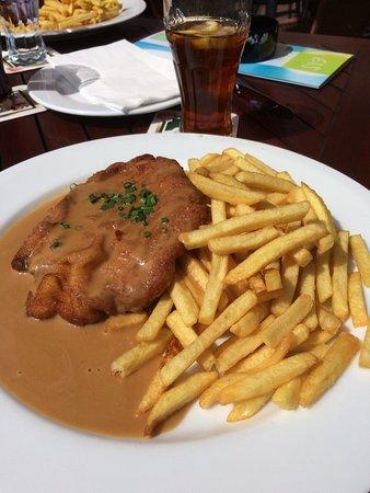 Zweibruecken, Allemagne : Schnitzel avec sauce chasseur accompagné de frites
