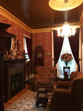 Allegiance Bed and Breakfast: parlor