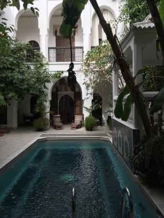 Dar El Assafir: Der erste Innenhof mit Pool und davon abgehenden Zimmern.