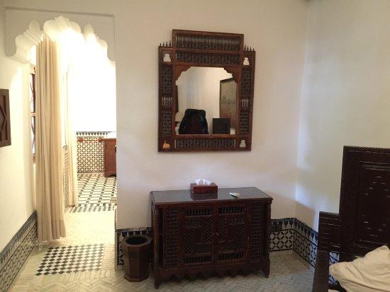 Dar El Assafir: Die Suite mit Badezimmer, abgetrennt durch Vorhand.