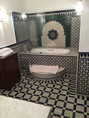 Dar El Assafir: Bad mit Badewanne, stilvoll gekachelt.