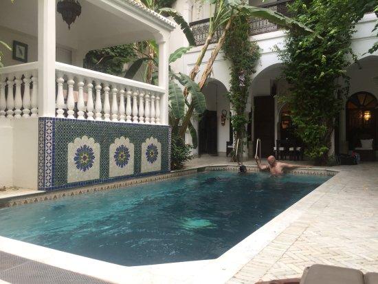 Dar El Assafir: Der kleine Pool und dahinter die Rezeption.