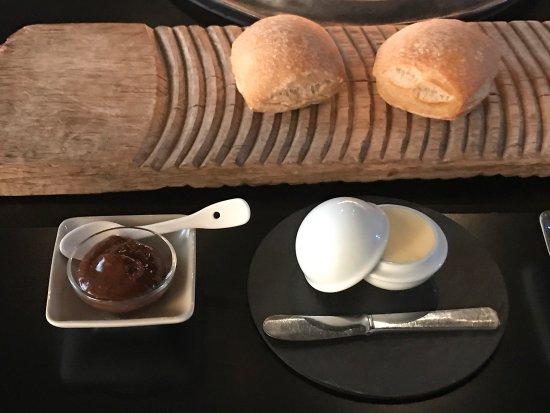 Montcuq, France: Purée de pruneaux maison, petits pains au levain, beurre Bordier