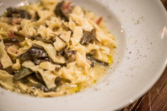 Caffe del Cardinale : Sagnacce al vino fatte a mano con guanciale, carciofi e grana.