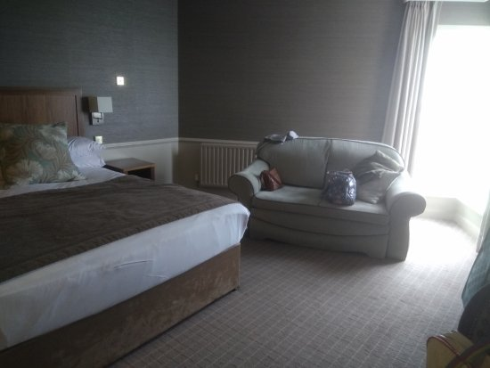 Yeats Country Hotel, Spa and Leisure Centre: Also couch in bedroom