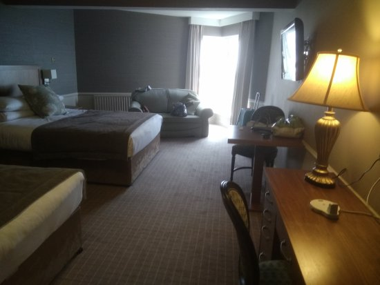 Yeats Country Hotel, Spa and Leisure Centre: Such a large room