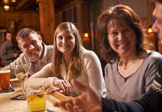Thompsonville, MI: Friends gather for après-ski at the Thistle Pub & Grille.