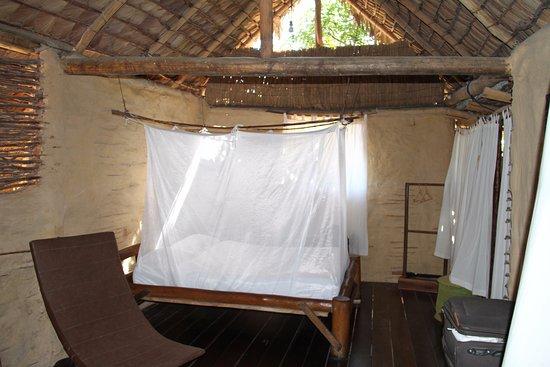 Zanzariera Da Letto : Camera con letto protetto da zanzariera sulla destra doccia e wc