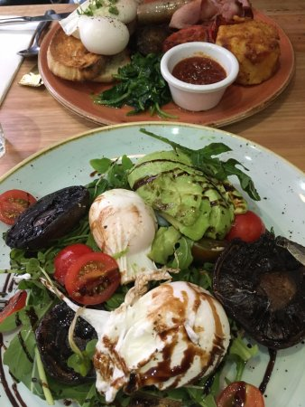 Beaumaris, Australia: The big breakfast at the back, and delish avo/mushroom option at the front.