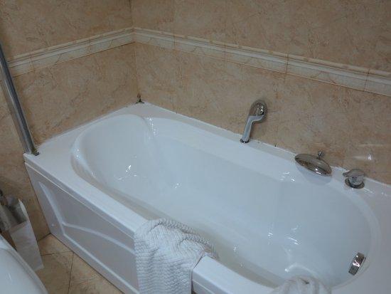 Sheki Palace Hotel Bath Tub And Shower No Door Or Curtain