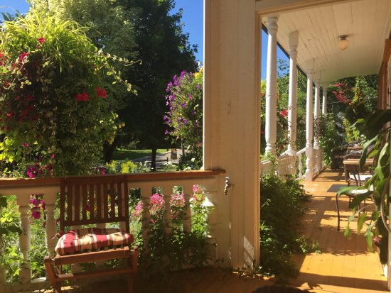 Château Richer, Canadá: Have your coffee on the front porch