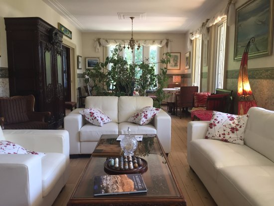 Château Richer, Canada : Living room and behind it, the breakfast area
