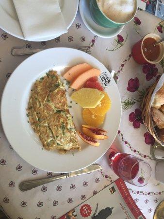 Château Richer, Kanada: Delicious omelette breakfast & coffee