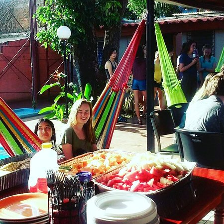 Managua Backpackers Inn: One of our groups enjoying dinner by the pool
