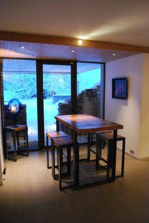 La petite salle à manger avec sa table haute accède directement au ...