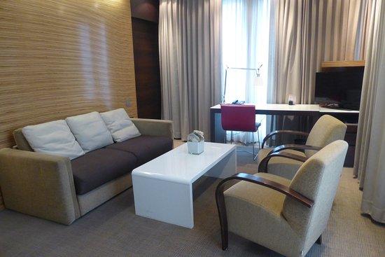 Suite: Wohnzimmer mit Arbeitsplatz - Bild von Novotel ...