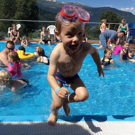 Kinsarvik, Norvège : I Mikkelparken held bassenga nesten 30 grader celsius!