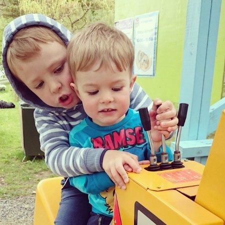 Kinsarvik, Norvège : Gravemaskiner for barn