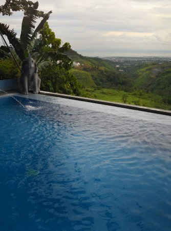 Infinity pool overlooking antipolo mountains laguna de - Residencia de manila swimming pool ...