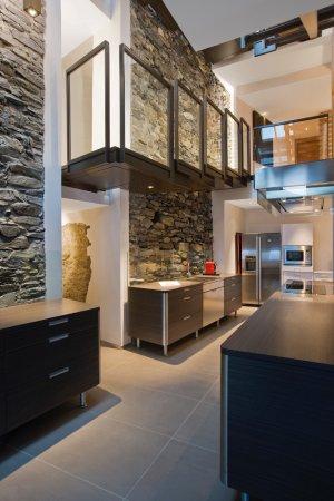 La cuisine sous la verrière, avec une large hotte - Picture of ...