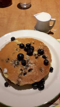 Hotcakes with blueberries and English cream - Picture of Cora